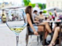 Vidro vazio do vinho e das silhuetas Imagens de Stock Royalty Free