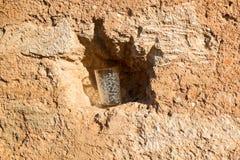 Vidro vazio em um furo de uma rocha, Marrocos do chá Foto de Stock Royalty Free