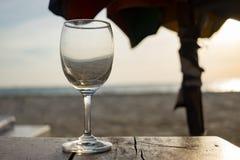 vidro vazio para o vinho quase uma tabela de madeira foto de stock royalty free
