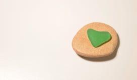 Vidro verde na forma do coração Fotos de Stock