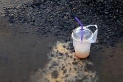 Vidro Waste da bebida do lixo, suco do copo da água sujo no assoalho imagens de stock