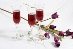 Vidros & flores de vinho Fotografia de Stock Royalty Free