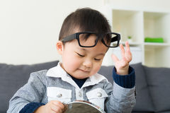 Vidros asiáticos do desgaste do menino com espelho foto de stock