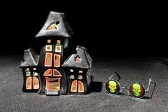Vidros assombrados do castiçal e do crânio da casa Imagem de Stock