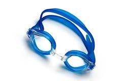 Vidros azuis para a nadada no fundo branco Foto de Stock