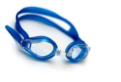 Vidros azuis para a nadada no fundo branco Imagens de Stock