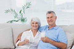 Vidros bebendo dos pares do leite Fotografia de Stock Royalty Free