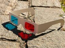 Vidros cianos vermelhos do anaglyph 3D do stereophotography no teste padrão de terra das rochas fotos de stock royalty free