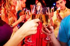Vidros Clinking com champanhe imagem de stock