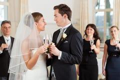 Vidros clinking dos pares nupciais Fotos de Stock Royalty Free