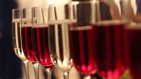 Vidros com álcool e bebidas diferentes, tabela de bufete com álcool em um restaurante, close-up video estoque
