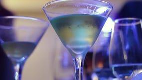 Vidros com álcool e várias bebidas vídeos de arquivo