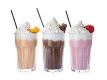 Vidros com agitações de leite deliciosas imagens de stock