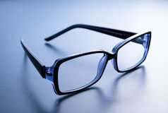 Vidros com armação de chifre no fundo azul Fotografia de Stock
