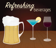 Vidros com bebidas alcoólicas na madeira Imagem de Stock