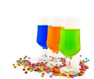 Vidros com bebidas da cor - um partido Fotografia de Stock
