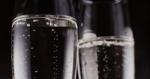 Vidros com bolhas do champanhe no fundo escuro video estoque