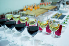 Vidros com branco e aperitivo do vinho tinto Fotografia de Stock Royalty Free