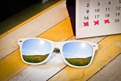 Vidros com calendário do feriado Imagem de Stock Royalty Free