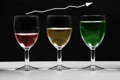 Vidros com carta de negócio crescente colorida da água imagens de stock