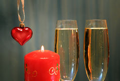 Vidros com champanhe com coração e vela Imagem de Stock Royalty Free