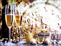 Vidros com champanhe contra luzes do feriado Imagem de Stock Royalty Free