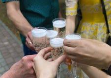 Vidros com champanhe nas mãos Imagens de Stock Royalty Free