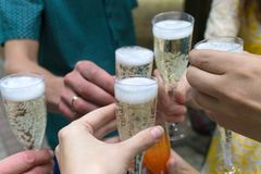 Vidros com champanhe nas mãos Imagem de Stock Royalty Free