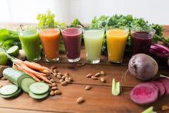 Vidros com fruto diferente ou sucos vegetais Foto de Stock
