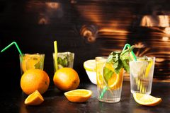 Vidros com laranjada e limonada fotografia de stock