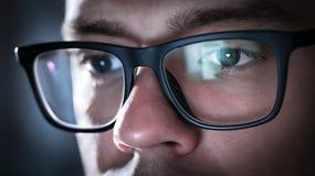 Vidros com a luz refletida da tela do computador ou do smartphone fotos de stock
