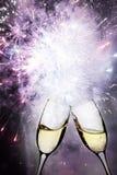 Vidros com luzes do champanhe e do feriado Imagem de Stock Royalty Free