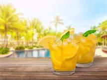 Vidros com os cocktail com o limão no borrado Imagem de Stock