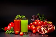 Vidros com os sucos do legume fresco isolados no preto detox Foto de Stock