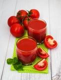 Vidros com suco de tomate Imagens de Stock