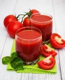 Vidros com suco de tomate Fotos de Stock Royalty Free