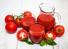 Vidros com suco de tomate Fotos de Stock
