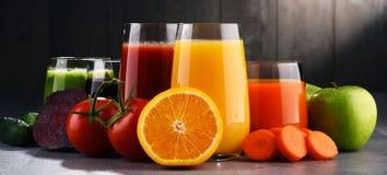 Vidros com sucos orgânicos frescos do vegetal e de fruto imagens de stock royalty free