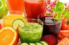 Vidros com sucos orgânicos frescos do vegetal e de fruto Foto de Stock