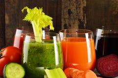 Vidros com sucos vegetais orgânicos frescos na tabela de madeira Fotos de Stock