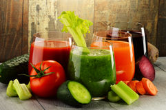Vidros com sucos vegetais orgânicos frescos na tabela de madeira Fotografia de Stock Royalty Free