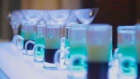 Vidros com um cocktail na barra filme