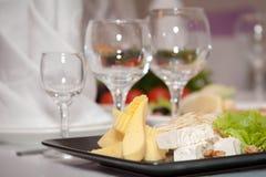 Vidros com uma placa de queijo Fotografia de Stock