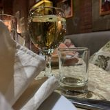 Vidros com vinho branco no restaurante fotos de stock