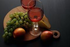 Vidros com vinho cor-de-rosa Imagens de Stock Royalty Free