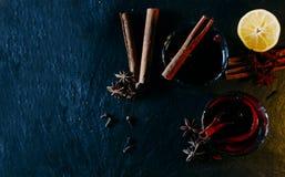 Vidros com vinho ferventado com especiarias Foto de Stock
