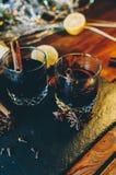 Vidros com vinho ferventado com especiarias Fotografia de Stock