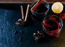 Vidros com vinho ferventado com especiarias Fotos de Stock Royalty Free