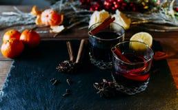 Vidros com vinho ferventado com especiarias Fotografia de Stock Royalty Free