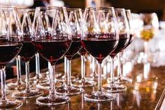 Vidros com vinho tinto no fundo borrado Fotografia de Stock